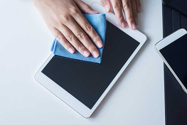 Cleaning a tablet with a clean microfiber cloth